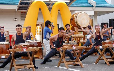 Photo prise lors d'un matsuri d'été à Miyazaki. Devinez qui sponsorisait ce concert ?