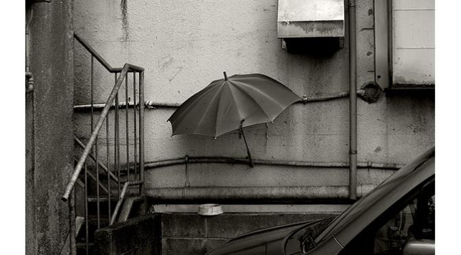Parapluie et gamelle de fortune attendant leur chat