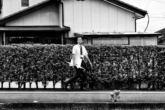 homme marchant parapluie