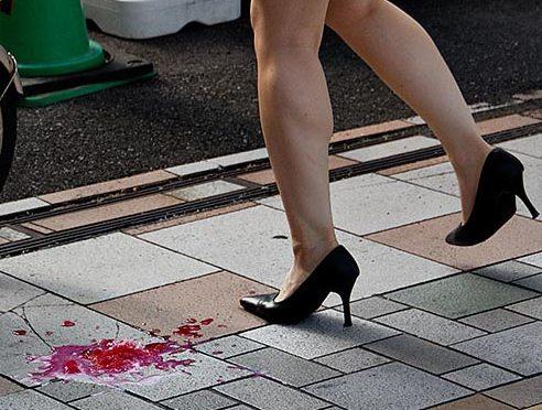 Glace et mouchoir sexys sur le trottoir